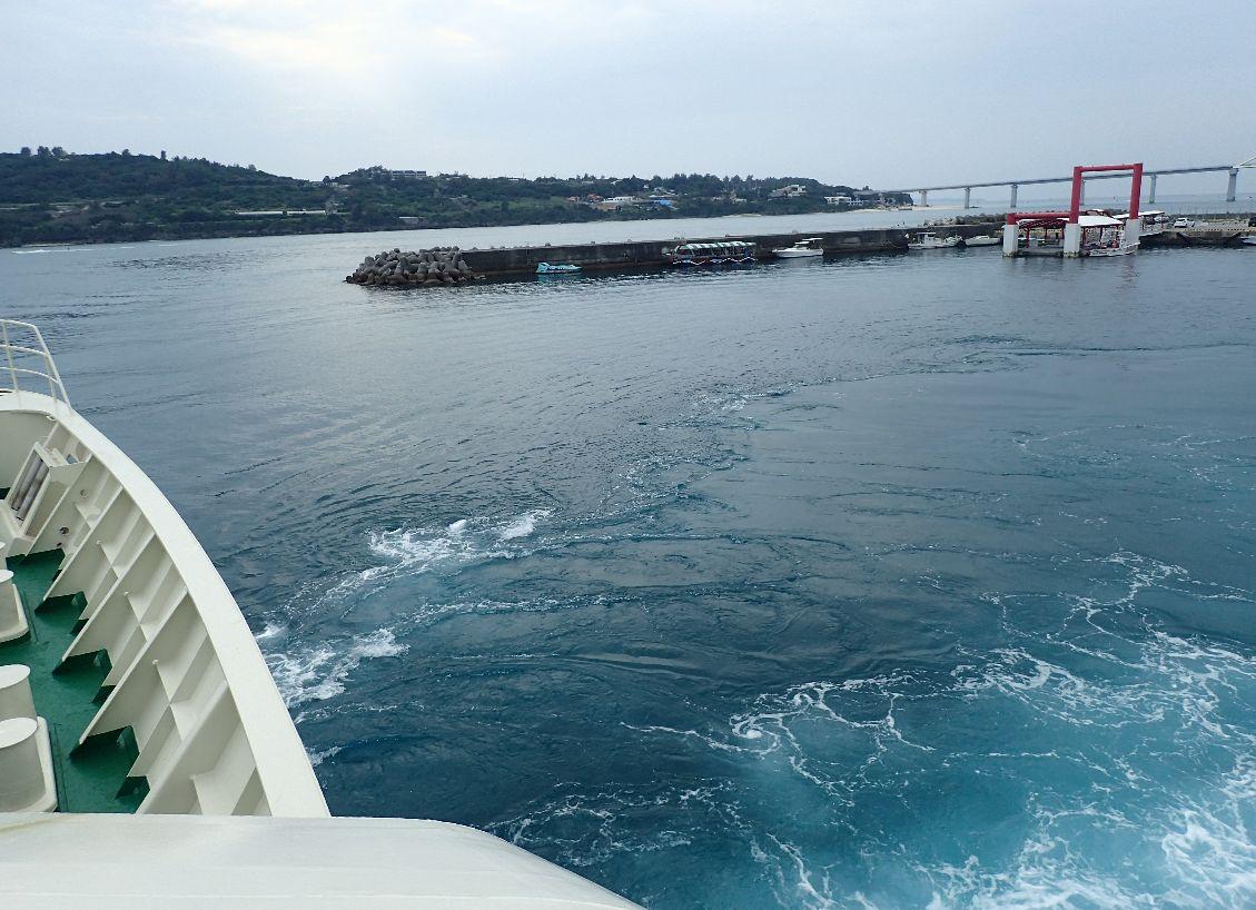 十数年振りの伊江島を発つフェリーの波しぶき