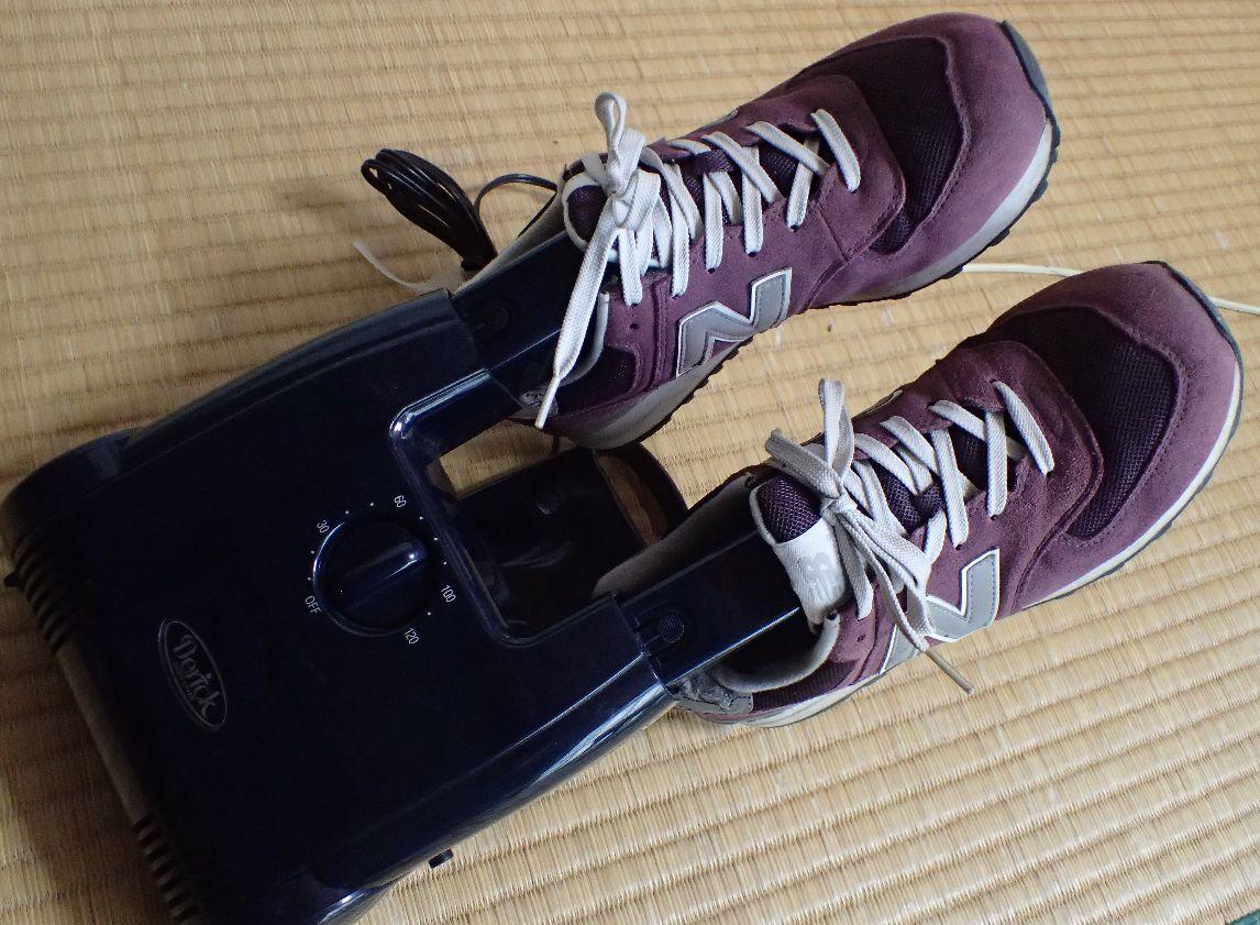 電気靴乾燥機・シューズドライヤーで靴を乾かす様子
