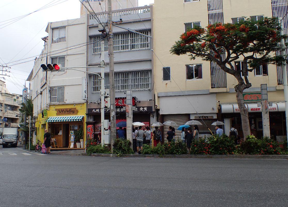 那覇市牧志(沖映通り)のラーメン暖暮店では外国人観光客が行列を作っていた