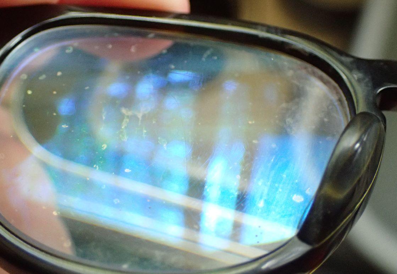 小さいゴミ、手垢や汗で汚れたメガネのレンズ