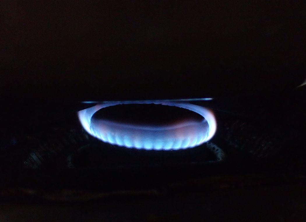 ガスコンロでヤカンに湯を沸かす