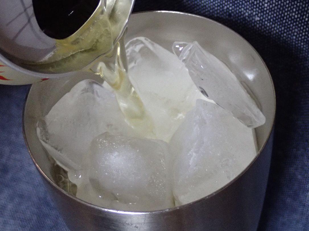 氷を入れたサーモタンブラーにビールを注ぐ様子