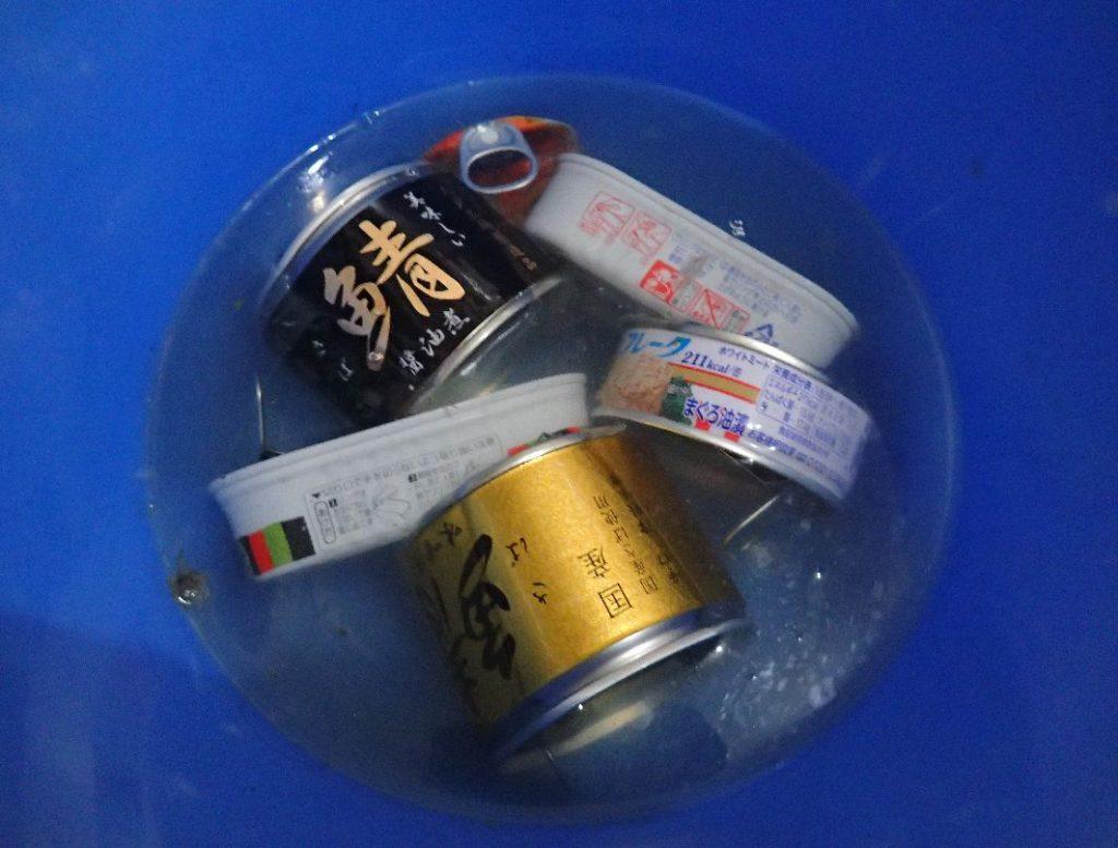 バケツの中に缶詰を置いて熱湯を注ぐ
