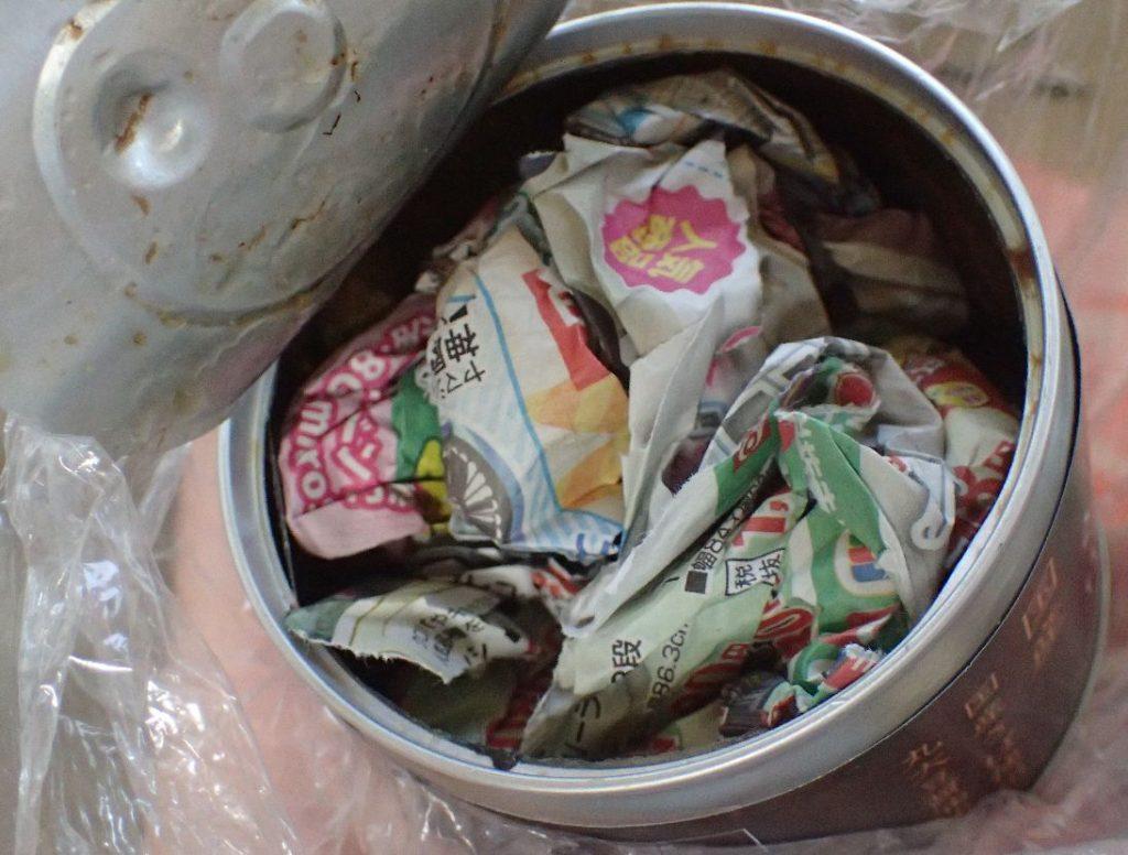 食べ終えたサバ缶の中を新聞紙・チラシで拭き取る