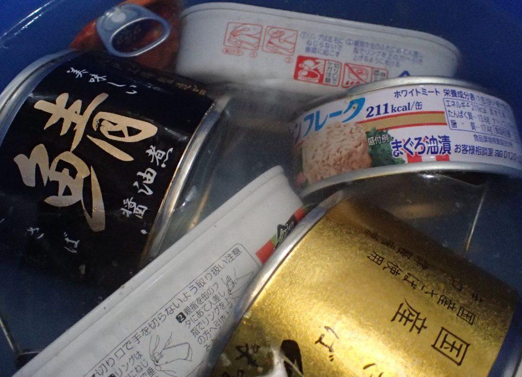魚の缶詰の油汚れは熱湯ぐらいじゃ落ちないしバケツが油まみれになるだけ(泣)