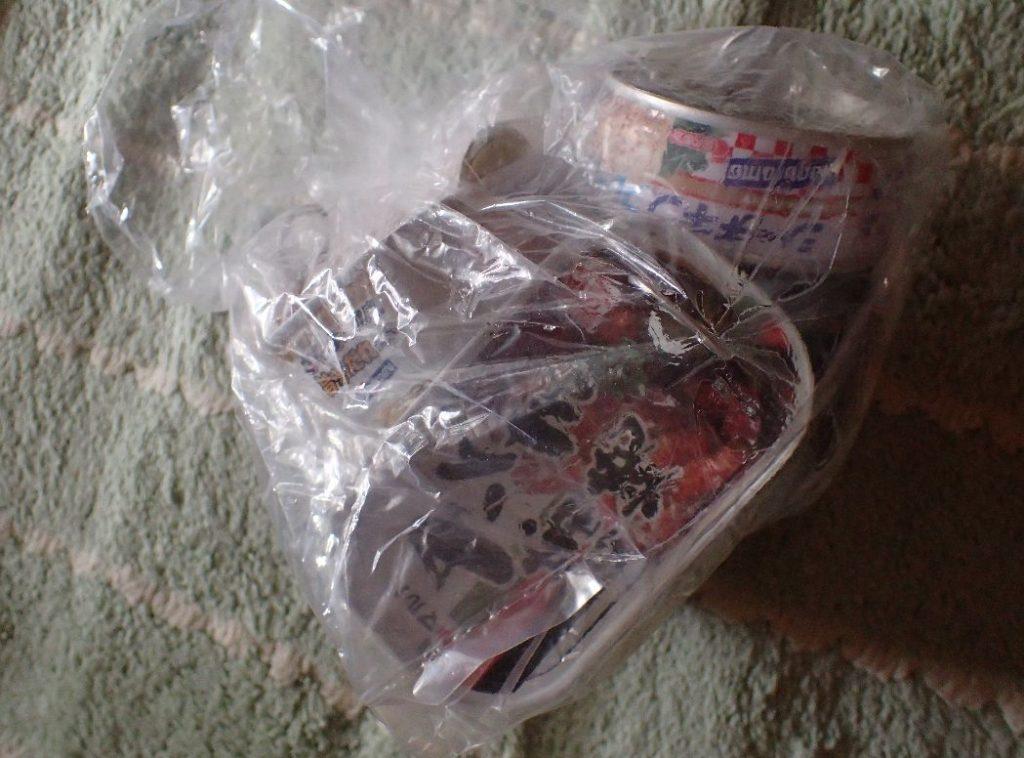 サバ缶やシーチキンなど空き缶詰を袋に入れる
