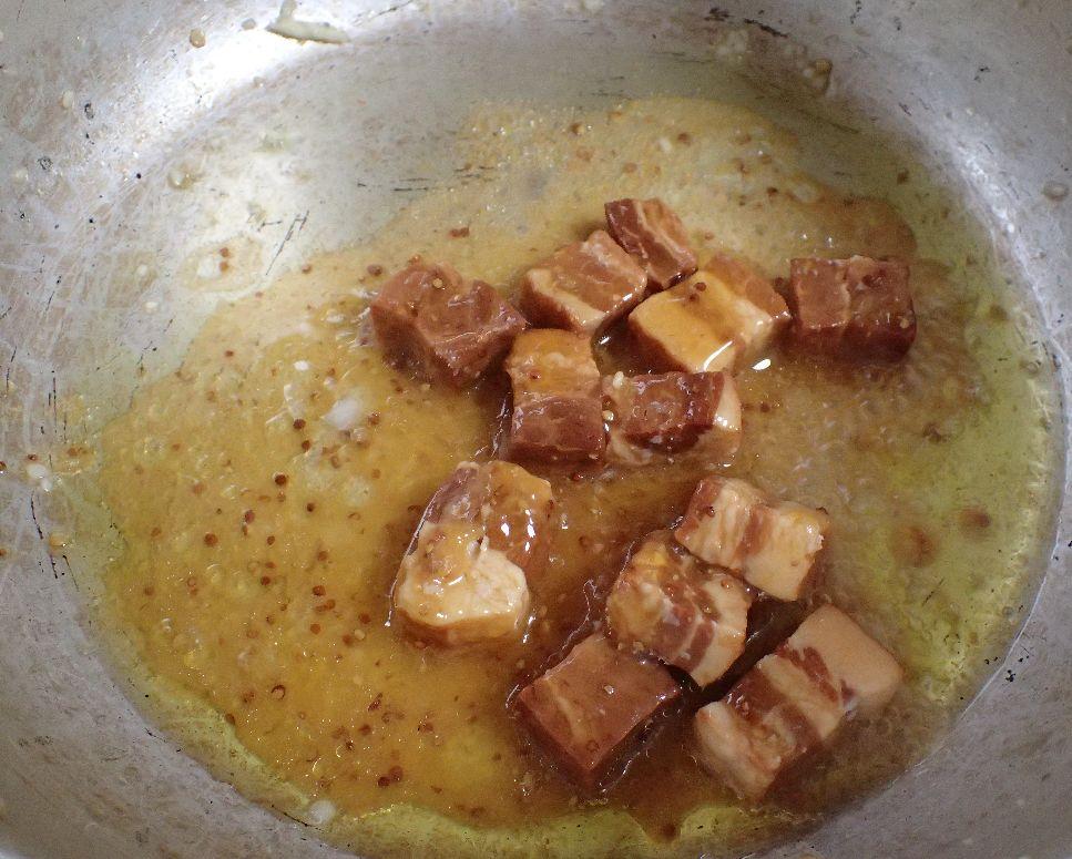 オリーブオイルでベーコンを炒める様子