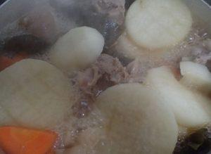 沖縄そばスープに野菜も加える